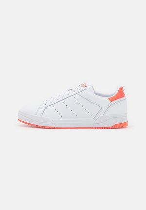 COURT TOURINO UNISEX - Baskets basses - footwear white/solar orange/core black