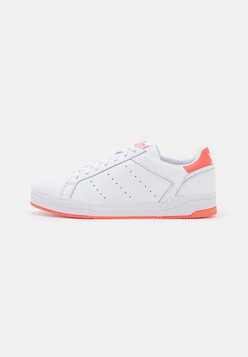 COURT TOURINO UNISEX - Trainers - footwear white/solar orange/core black