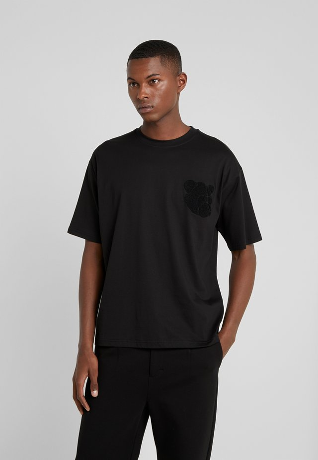 EDDIE - T-shirt z nadrukiem - black