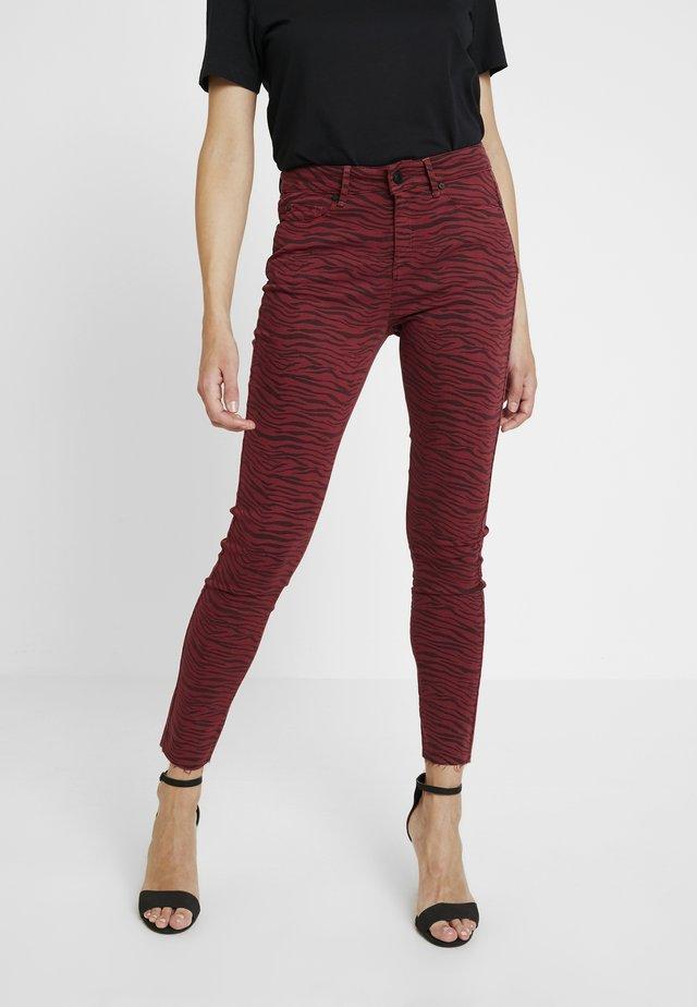 ALEXA ANKLE ZEBRA - Jeans Skinny Fit - red