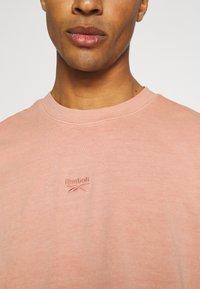 Reebok Classic - CLASSIC NATURAL DYE - T-shirt basic - baked earth - 5