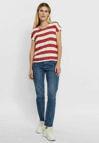 Vero Moda - VMWIDE STRIPE TOP  - Camiseta estampada - goji berry - 1