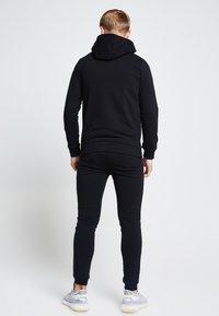 SIKSILK - ILLUSIVE LONDON  - Zip-up hoodie - black - 2