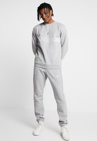 adidas Originals - OUTLINE PULLOVER - Sudadera - medium grey heather - 1
