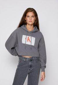 Calvin Klein Jeans - CROPPED HOODIE - Hoodie - shining armor - 0