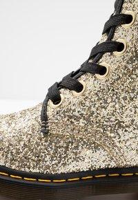Dr. Martens - 1460 FARRAH - Bottines à lacets - gold chunky glitter - 2