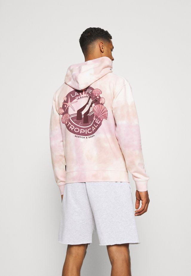 TIE DYED FELPA ARTWORK HOODIE - Sweatshirt - beige/light pink