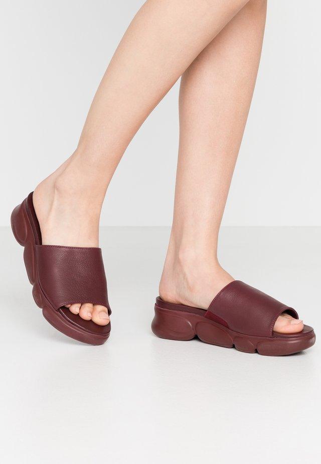 SLIDES - Pantofle na podpatku - vino
