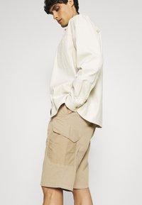 s.Oliver - BERMUDA - Shorts - beige - 3
