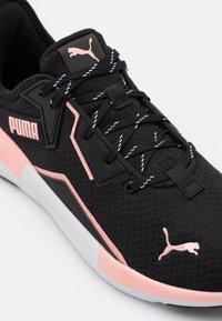 Puma - PLATINUM METALLIC - Chaussures d'entraînement et de fitness - elektro peach/black/white - 5