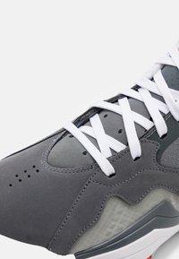 Jordan - ZOOM '92 - Sneakers alte - cool grey/white/dark grey/sky grey/bright crimson - 5