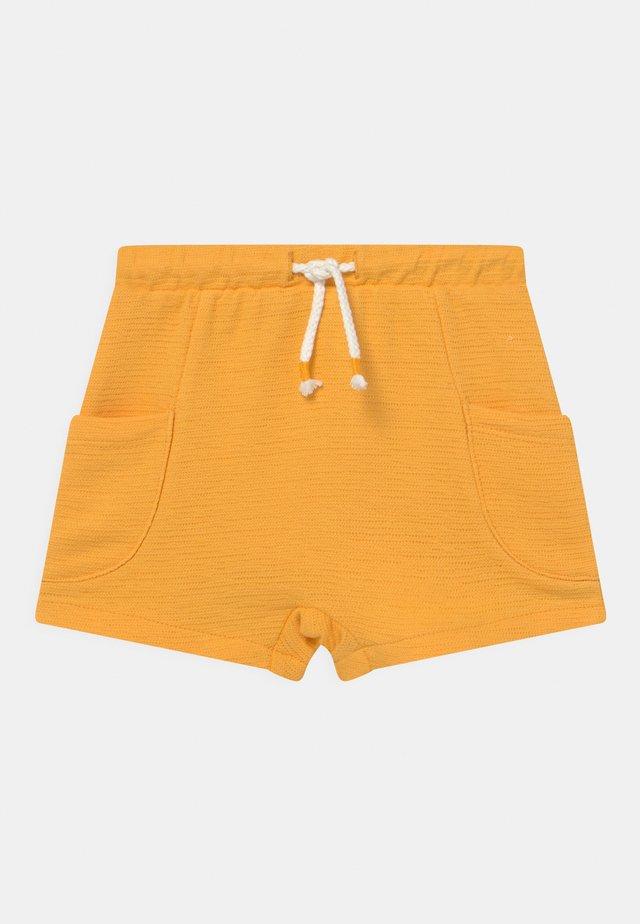 SIDE POCKETS - Kraťasy - amber yellow
