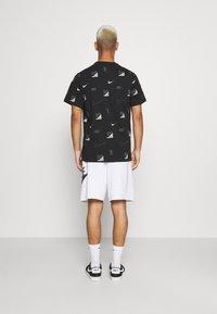 Nike Sportswear - ALUMNI - Träningsbyxor - white/iron grey/black - 2