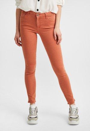 MIT NORMALER TAILLENFORM - Jeans Skinny Fit - rostrot