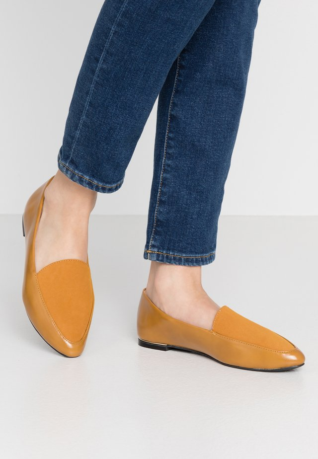 WIDE FIT REBEL POINT LOAFER - Instappers - mustard