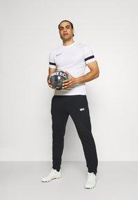 Nike Performance - FC PANT - Træningsbukser - black/clear - 1