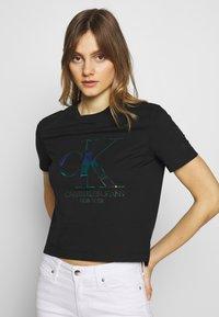 Calvin Klein Jeans - IRIDESCENT STRAIGHT TEE - Triko spotiskem - black - 0
