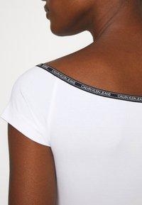 Calvin Klein Jeans - LOGO TRIM BARDOT - Print T-shirt - bright white - 5