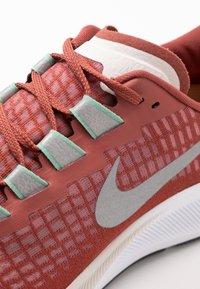 Nike Performance - AIR ZOOM PEGASUS - Löparskor stabilitet - claystone red/silver/white - 5