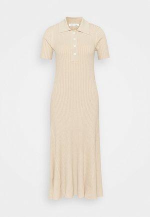 LUCY POLO DRESS - Pletené šaty - brown rice