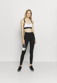 Nike Performance - INDY METALLIC LOGO BRA - Urheiluliivit: kevyt tuki - white/black/metallic gold - 1