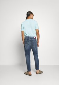 Tommy Jeans - DAD - Jeans straight leg - barton mid blue comfort - 2