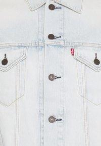 Levi's® - VINTAGE FIT TRUCKER UNISEX - Veste en jean - light indigo - 5
