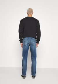 Tommy Jeans - AUSTIN SLIM TAPERED - Slim fit jeans - dynamic chester mid blue - 2