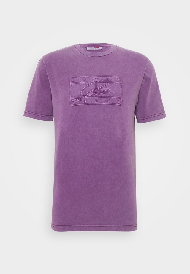 LEWIS HAMILTON UNISEX GMD LOGO TEE - T-shirt med print - rich mulberry