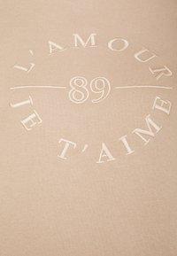 Forever New - SLOAN SLOGAN L'AMOUR - Sweatshirt - coffee/white - 2