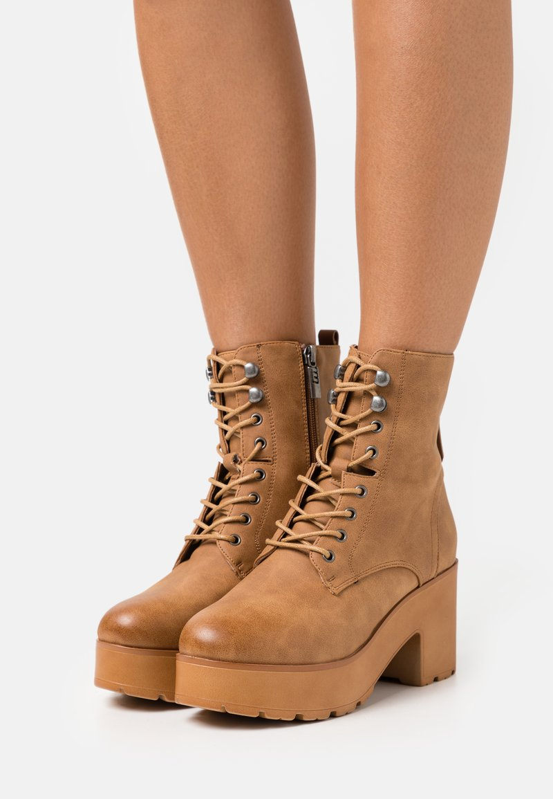mtng - EMELINE - Šněrovací kotníkové boty - brown
