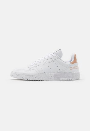 SUPERCOURT PRIMEGREEN VEGAN - Matalavartiset tennarit - footwear white/pale nude