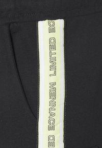Mennace - BRANDED MENNACE LIMITED SIDE TAPE - Shorts - black - 2