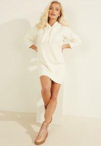 Guess - Jumper dress - weiß - 2