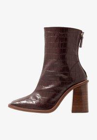 HERTFORD BOOT - Kotníková obuv na vysokém podpatku - burgundy