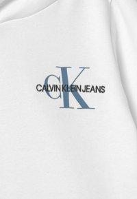 Calvin Klein Jeans - SMALL MONOGRAM HOODIE UNISEX - Jersey con capucha - bright white - 2