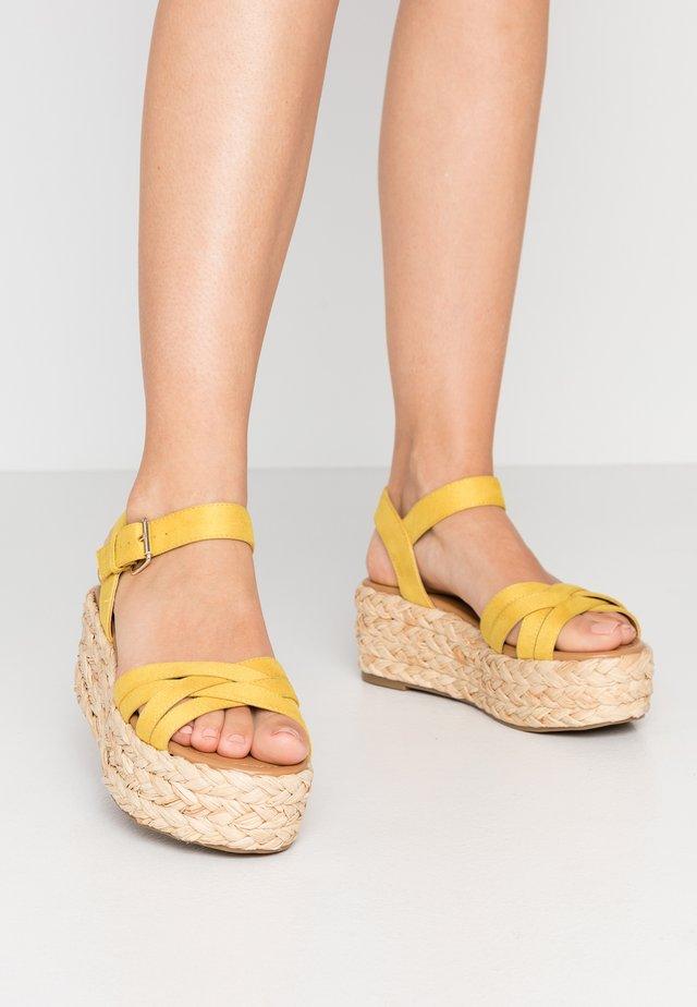 HALSEWEG - Sandály na platformě - dark yellow