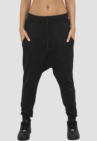 Urban Classics - SAROUEL  - Pantalon de survêtement - black - 0