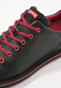 Camper - BEETLE - Zapatos con cordones - black/red