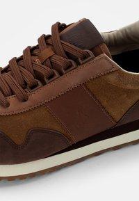 Polo Ralph Lauren - WASHED SUEDE/NUBUCK-TRAIN - Sneakers - desert tan/caffe/ - 5
