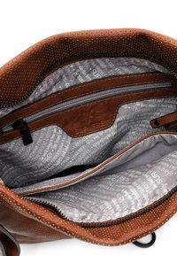 SURI FREY - CHELSY - Handbag - cognac - 4