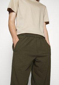 Folk - DRAWCORD ASSEMBLY PANT - Kalhoty - olive - 4