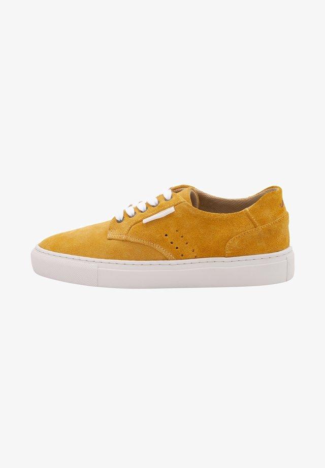 ALEXANDRA - Sneakers laag - mustard