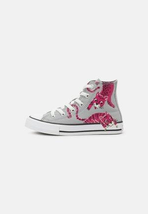 CHUCK TAYLOR ALL STAR JUNGLE CATS HI UNISEX - Zapatillas altas - ash stone/mason/prime pink