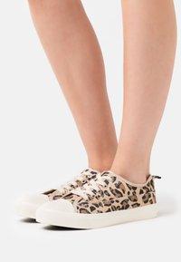 Rubi Shoes by Cotton On - JENNA  - Matalavartiset tennarit - brown - 0