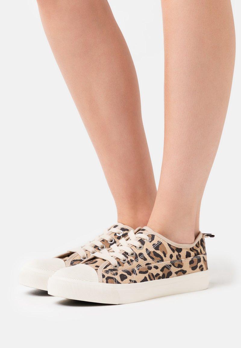 Rubi Shoes by Cotton On - JENNA  - Matalavartiset tennarit - brown