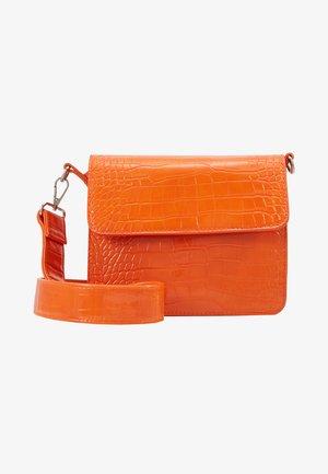 CAYMAN SHINY STRAP BAG - Taška spříčným popruhem - orange