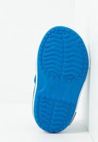 Crocs - Sandały kąpielowe - bright cobalt/charcoal - 5