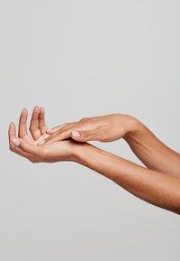 Pai Skincare - HEAVY METTLE - Handcrème - - - 2
