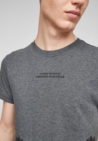QS by s.Oliver - Print T-shirt - black placed print - 4
